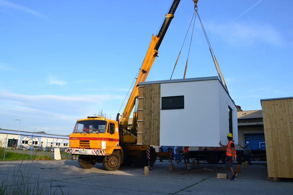 Manipulace s modulárními dřevostavbami